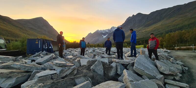 Sherpaene inspiserer 900 tonn stein ved Eidebakken (foto: Erik Joachimsen)